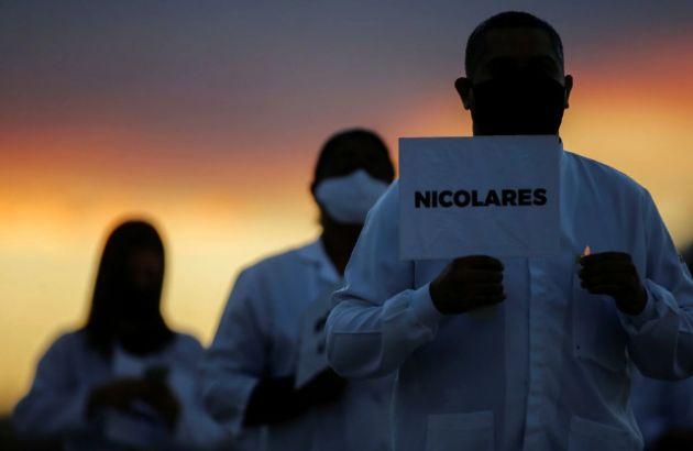 Enfermeiros participam de protesto em Brasília exibindo nomes de profissionais da saúde vítimas de coronavírus. ADRIANO MACHADO / REUTERS